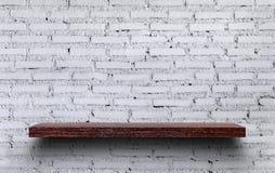 Der verzierte Innenraum im Regal Hölzernes Regal auf dem weißen b Stockfoto