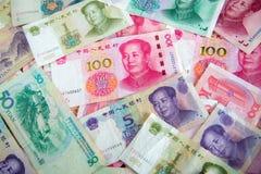Der viele Yuan Geld China hundert Yuanrechnungen Stapel von verschiedenen Währungen lokalisiert auf weißem Hintergrund Nahaufnahm Stockbild