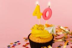 Der vierzig-Geburtstags-kleine Kuchen mit Kerze und besprüht stockfoto