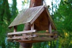 Der Vogel des hölzernen Hauses auf dem Baum Lizenzfreie Stockfotografie