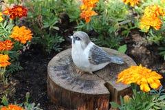 Der Vogel - eine Dekoration im Garten eines Landhauses Stockfotos