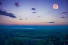 Der Vollmond am Abend nach Sonnenuntergang Draußen in der Nacht Lizenzfreie Stockbilder