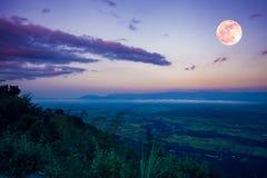Der Vollmond am Abend nach Sonnenuntergang Draußen in der Nacht Stockbilder