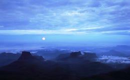 Der Vollmond am Sonnenaufgang, Sri Lanka Lizenzfreie Stockfotografie
