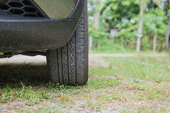 Der vordere Reifen von Autos parkte auf Gras Lizenzfreies Stockbild
