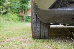 Der vordere Reifen von Autos parkte auf Gras Stockbild