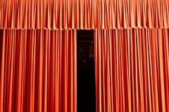 Der Vorhang ist im Begriff sich zu öffnen stockbilder