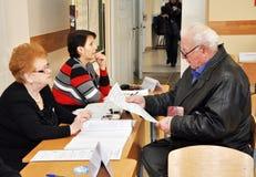 Der Wähler empfängt einen Stimmzettel Lizenzfreies Stockfoto