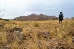 In der Wüste und in den Bergen allein wandern Stockfotografie