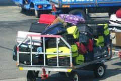 Der Wagen für Gepäcktransport am Flughafen Stockbild