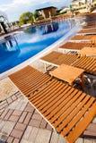 Der Wagenaufenthaltsraum kostet nahe schönem Pool Stockfoto