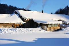Der Waldbauernhof mit zwei Verfahren in Heilongjiang-Provinz - Schnee-Dorf Lizenzfreie Stockbilder
