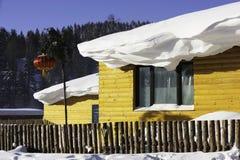 Der Waldbauernhof mit zwei Verfahren in Heilongjiang-Provinz - Schnee-Dorf Lizenzfreies Stockbild