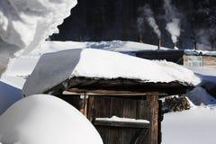 Der Waldbauernhof mit zwei Verfahren in Heilongjiang-Provinz - Schnee-Dorf Stockfotos
