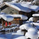 Der Waldbauernhof mit zwei Verfahren in Heilongjiang-Provinz - Schnee-Dorf Stockbild