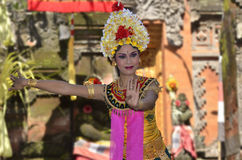 Der waman Balinese führt Barong und Kris Tanz durch Stockbilder
