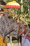 Der waman Balinese führt Barong und Kris Tanz durch Stockbild