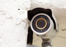 An der Wand befestigte Überwachungskamera Stockfotos