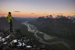 Der Wanderer, der die Ansicht von einem Fluss genießt, shapen Tal, Rapadalen, Schweden Lizenzfreies Stockbild