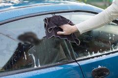 Der Waschvorgang und Autos mithilfe eines Stoffes die abwischen Lizenzfreies Stockbild