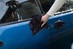 Der Waschvorgang und Autos mithilfe eines Stoffes die abwischen Stockfoto