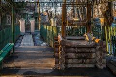 Der Wasser-Brunnen nahe dem Tempel Vladimir Icons der Mutter des Gottes im Zustand Vinogradovo lizenzfreie stockfotografie
