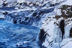 Der Wasserfall Hraunfossar Stockfoto