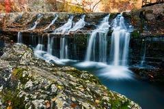 Der Wasserfall im Herbst szenisch lizenzfreie stockbilder
