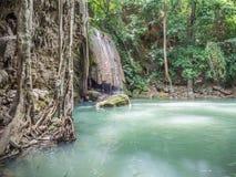 Der Wasserfall mit den Wasserspiegelabnahmen wegen der Erwärmungstemperatur Stockfotografie