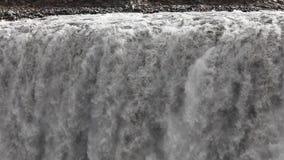Der Wasserfall schließt die Zeitlupe, a-große Masse des Wassers fällt unten von der Klippe Millionen von spritzen Fliege auseinan stock footage