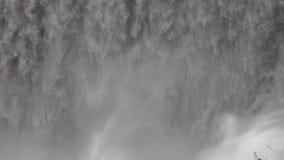 Der Wasserfall schließt die Zeitlupe, a-große Masse des Wassers fällt unten von der Klippe Millionen von spritzen Fliege auseinan stock video
