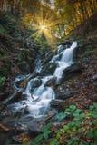Der Wasserfall sitzt nahe auf Kleinstadt Yaremcha auf Zustrom des Flusses Zhenets Lizenzfreie Stockbilder