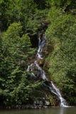 Der Wasserfall sitzt nahe auf Kleinstadt Yaremcha auf Zustrom des Flusses Zhenets Stockfotografie