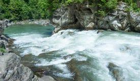 Der Wasserfall sitzt nahe auf Kleinstadt Yaremcha auf Zustrom des Flusses Zhenets Stockfotos