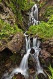Der Wasserfall unter den Felsen Stockbilder