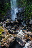 Der Wasserstrom vom Wasserfall Stockfotos