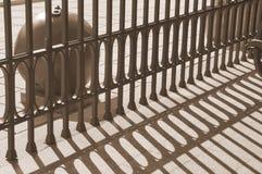 Der Wechsel von hellen und dunklen Bändern im militar Museum Der Schatten des Zauns Rhytm von Schatten Lizenzfreies Stockbild