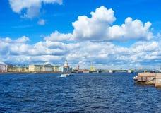 Der Weg in Admiralitäts-Damm von St Petersburg Stockbild