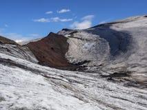 Der Weg vom Vulkan zum Ozean durch die Schneefelder Stockbilder