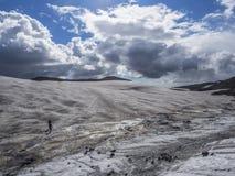 Der Weg vom Vulkan zum Ozean durch die Schneefelder Lizenzfreies Stockbild