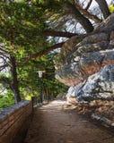 Der Weg von Sveti Stefan zum Park Milocer montenegro stockfotos