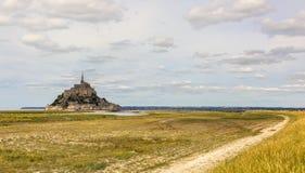 Der Weg zu Mont Saint Michel Abbey Lizenzfreies Stockfoto