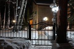 Der Weg zum Haus nachts Lizenzfreie Stockfotografie