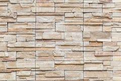 Der weiße braune Stein auf Betonmauer, strukturierter Wandhintergrund Stockfotografie