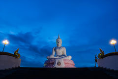 Der weiße Buddha auf blauem Abendhimmel Stockfotografie