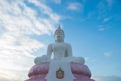 Der weiße Buddha auf blauem Abendhimmel Stockfoto