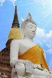 Der weiße Buddha von Wat Yai Chai Mongkol Ayutthaya stockfotografie