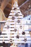 Der weiße hölzerne handgemachte Weihnachtsbaum, der mit Gold verziert wird, spielt in einem Weihnachtsmarkt in Budapest, Ungarn d stockfotografie