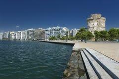 Der weiße Kontrollturm in Saloniki in Griechenland stockbild