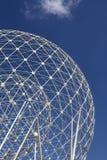 Der weiße metallische Markstein des Aufstieges in Belfast gegen blauen Himmel stockfotos